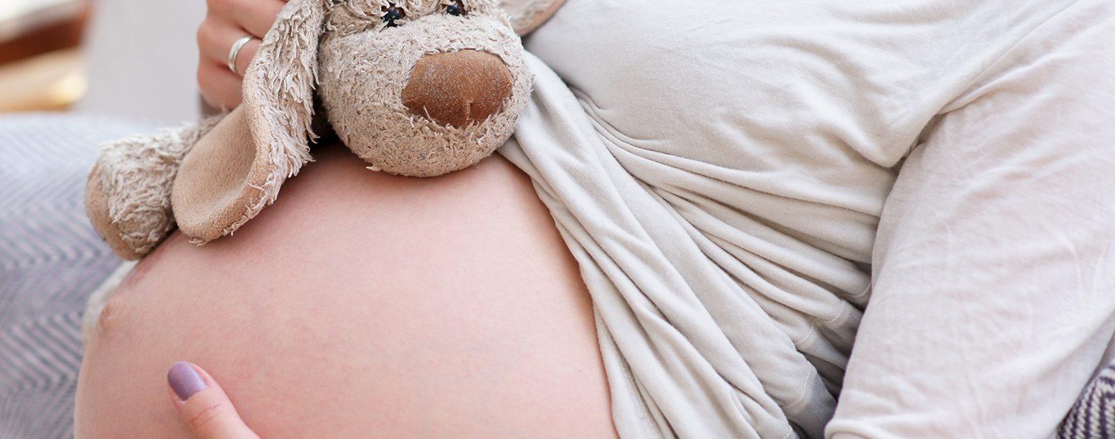 Hochschwangere Frau im 3. Trimester: Bauch in der Spätschwangerschaft