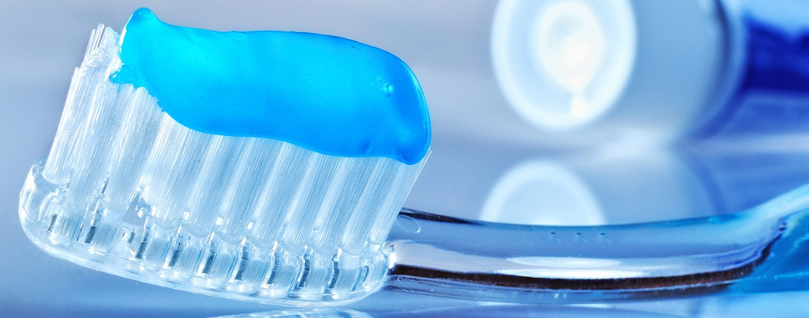 Zahnbürste und Zahnpasta mit Fluorid: in der Schwangerschaft ist Zahnpflege enorm wichtig