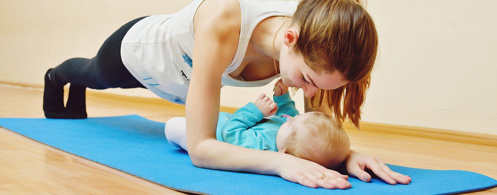 Mutter macht Sport mit ihrem Baby, um ihre alte Figur zurück zu bekommen