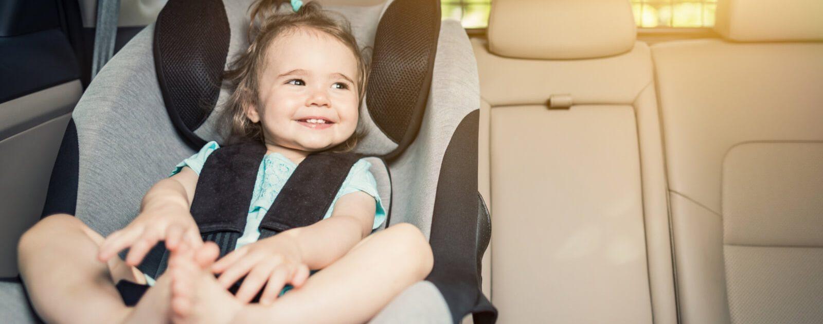 Autofahren mit Baby: Ein Baby in der Babyschale.