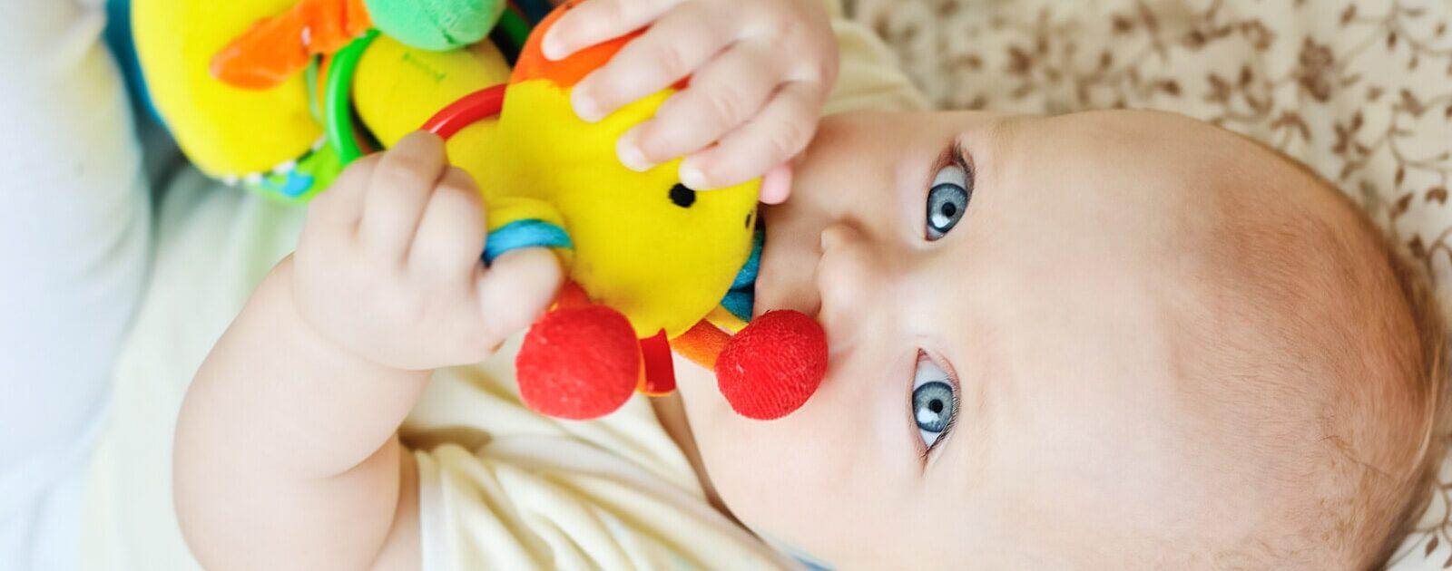 Bevor ein Baby Greifen lernt, übt es, indem es sich Gegenstände in den Mund steckt.