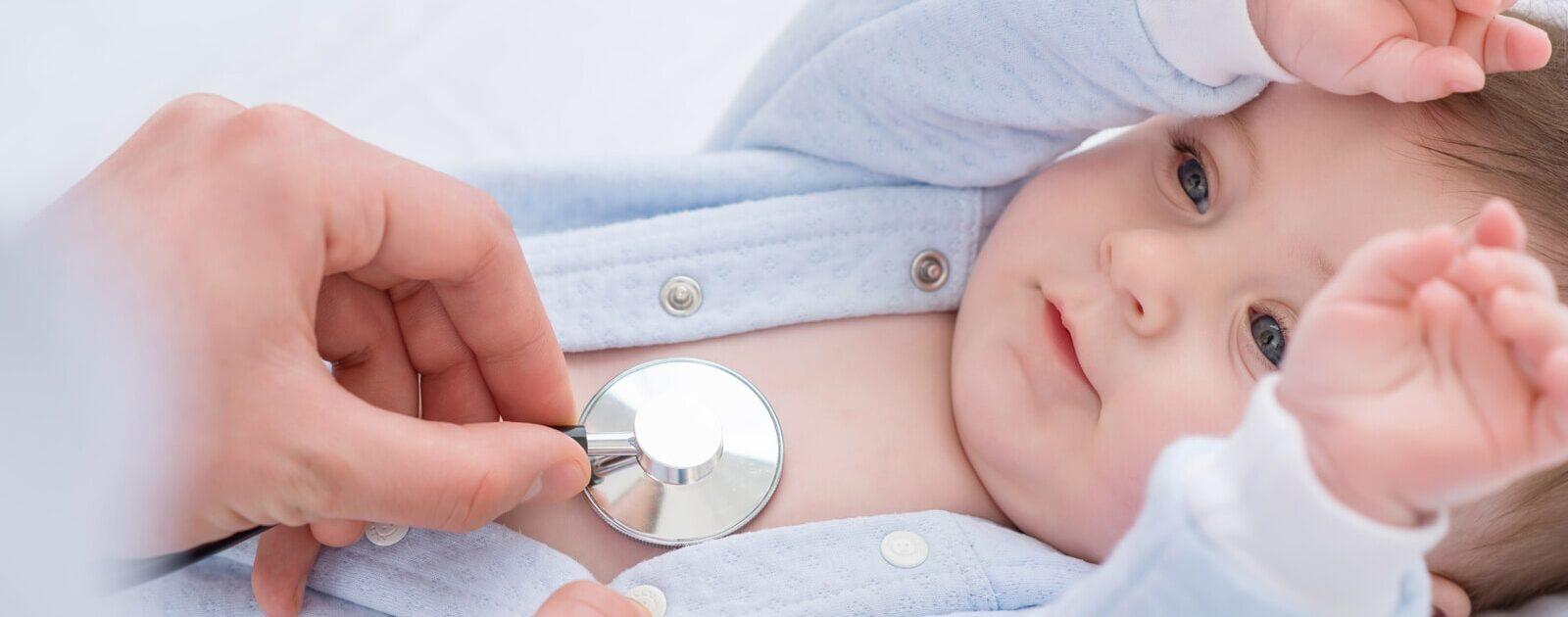 Zum Schutz gegen Babykrankheiten: Ein Baby wird beim Arzt untersucht