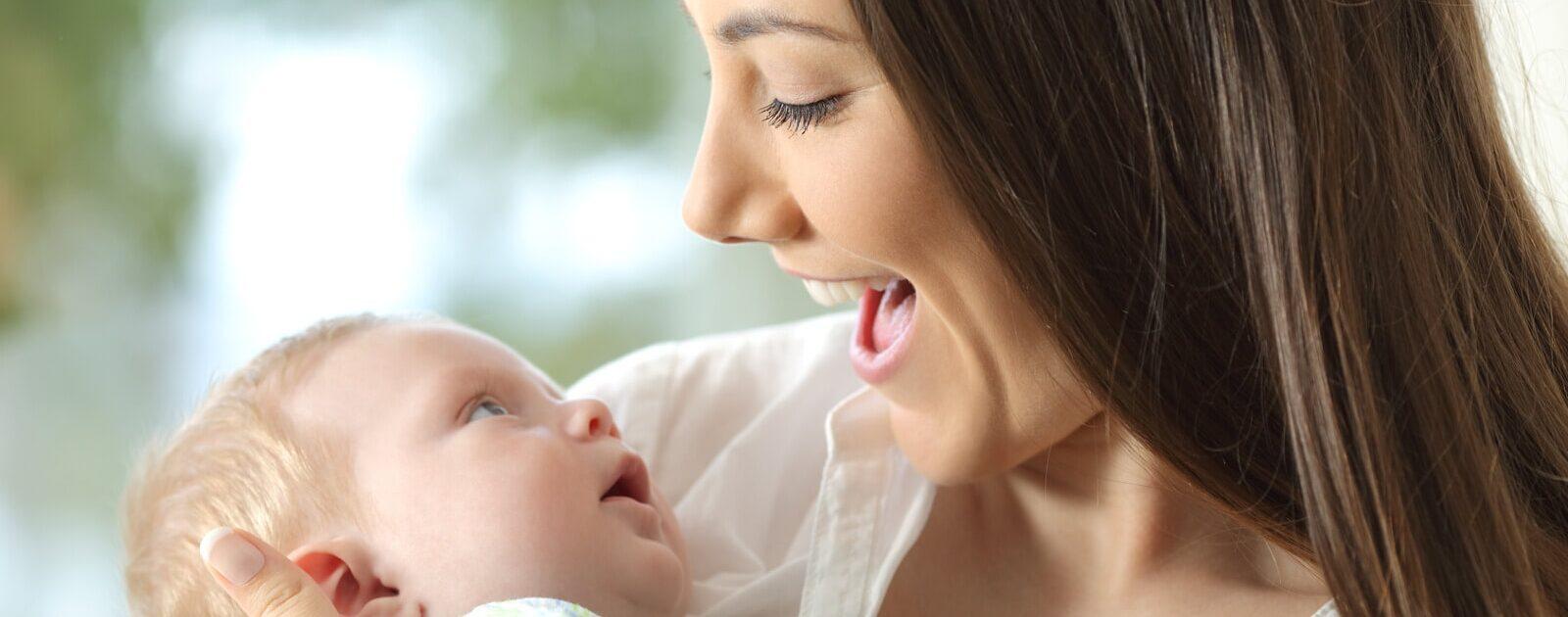 Vor der Sprache steht das Zuhören: Eine Mutter redet mit ihrem Baby.