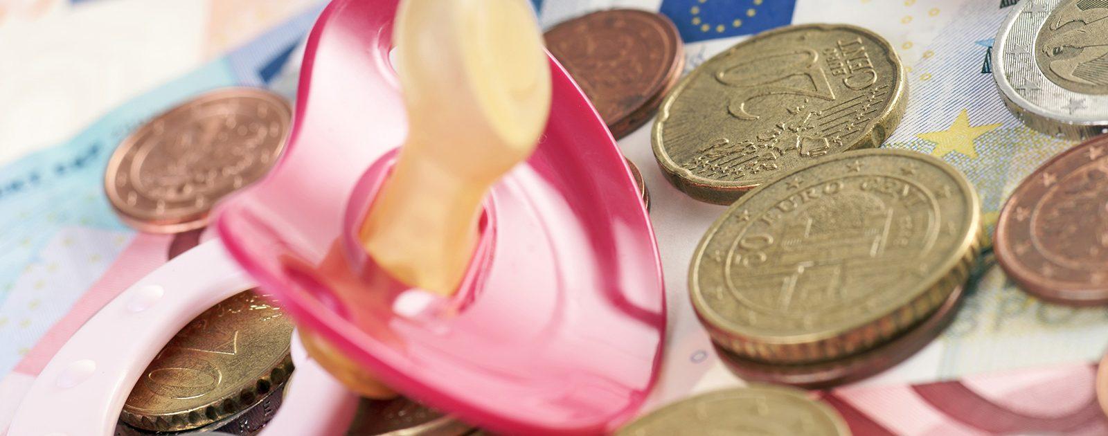 Familien bekommen für ihr Neugeborenes Elterngeld