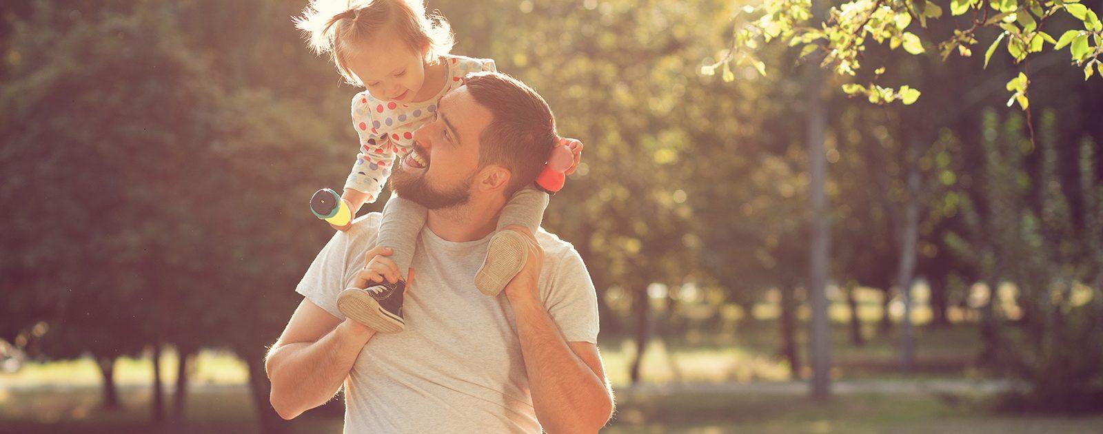 Vater spielt in der Elternzeit mit seiner Tochter