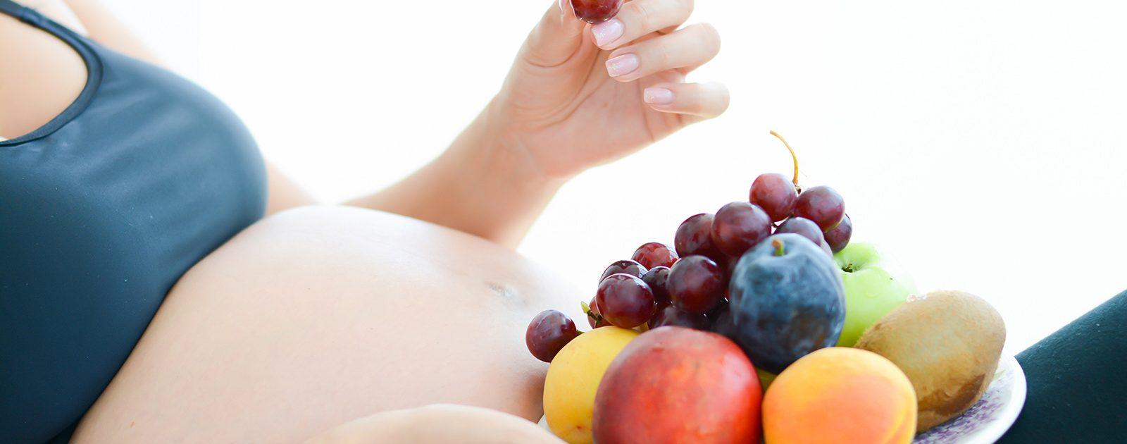 Frau ernährt sich aufgrund von Kinderwunsch gesund