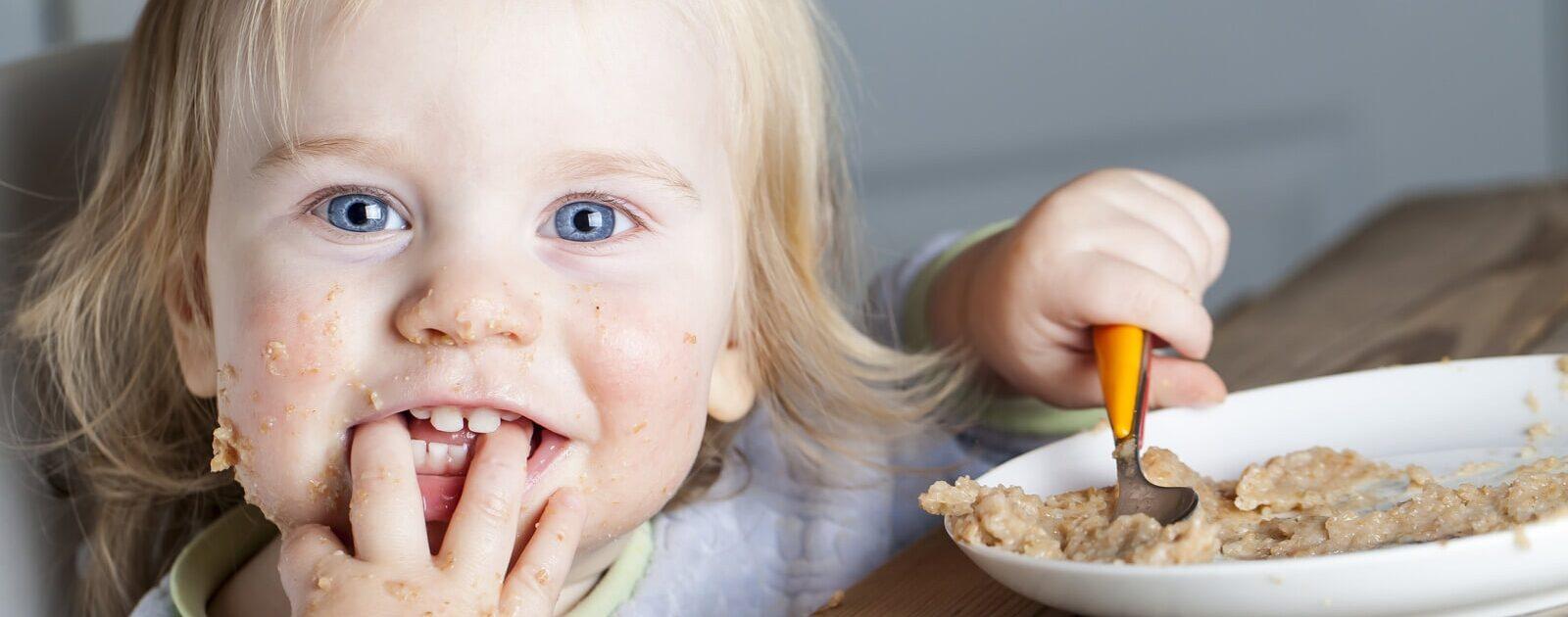 Ein Mädchen genießt ihr Essen mit allen fünf Sinnen.