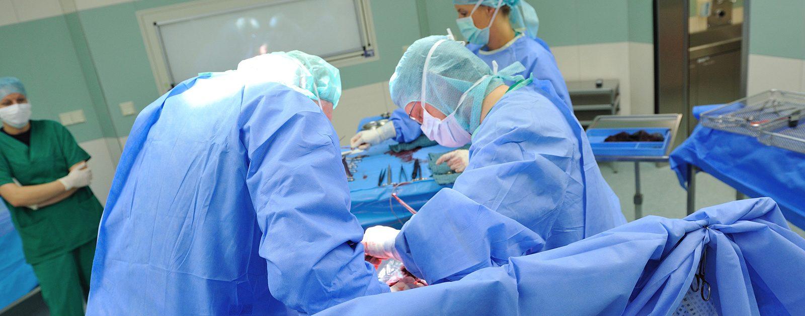 Ärzte bei der Durchführung eines Kaiserschnitts