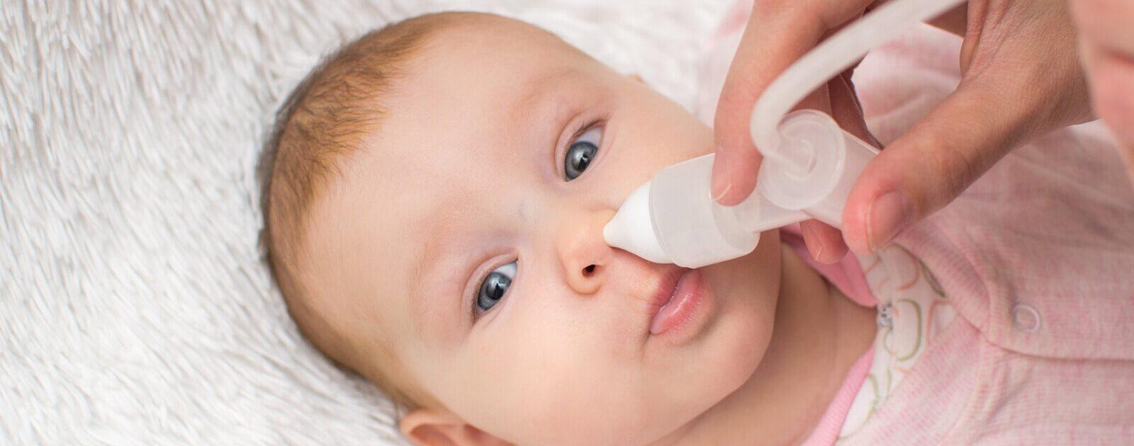 Ein Nasensauger ist ein hilfreiches Hausmittel bei verstopften Nasen von Babys.