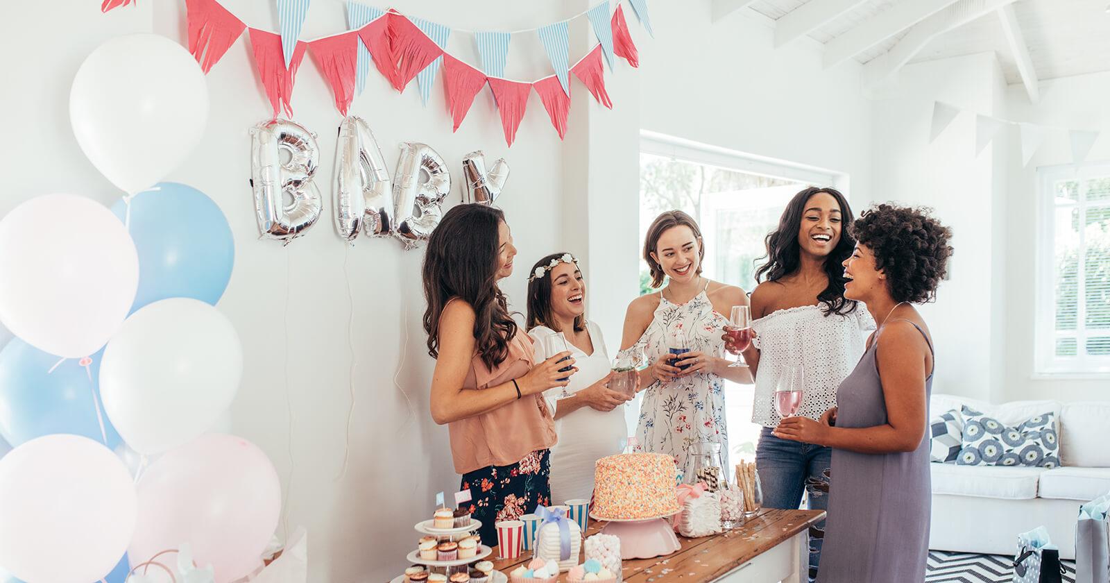 Freundinnen feiern eine Party, nachdem eine von ihnen ihre Schwangerschaft verkündet hat.