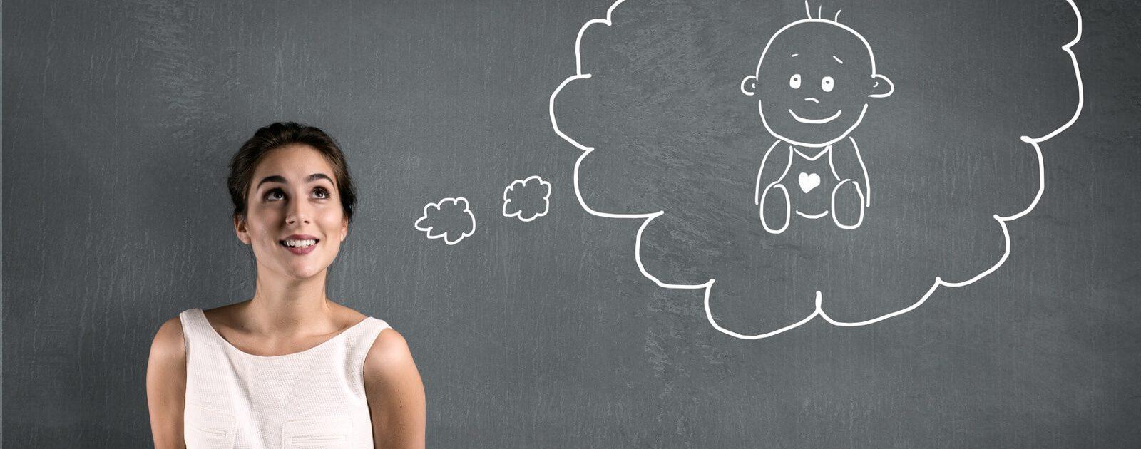 Junge Frau denkt in der ersten Schwangerschaftswoche an ihr Baby