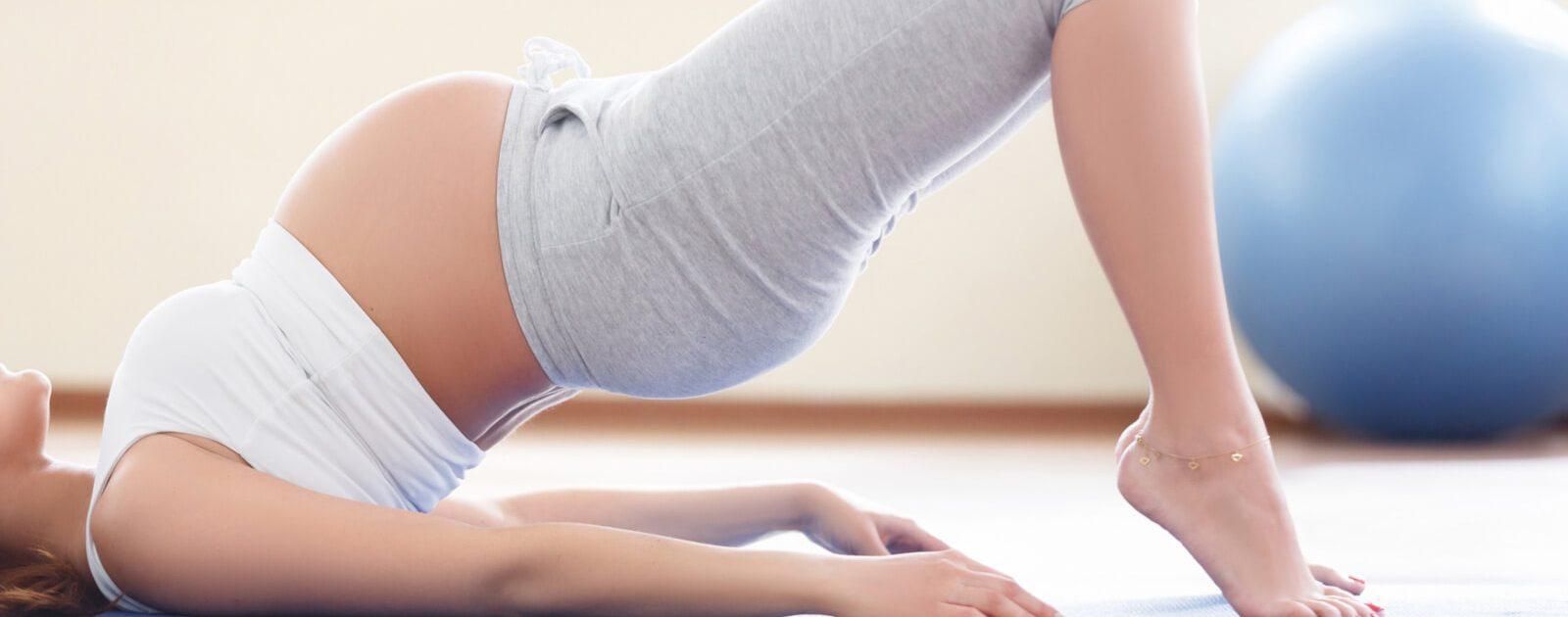 Schwangere in der 16. Schwangerschaftswoche macht Yoga.