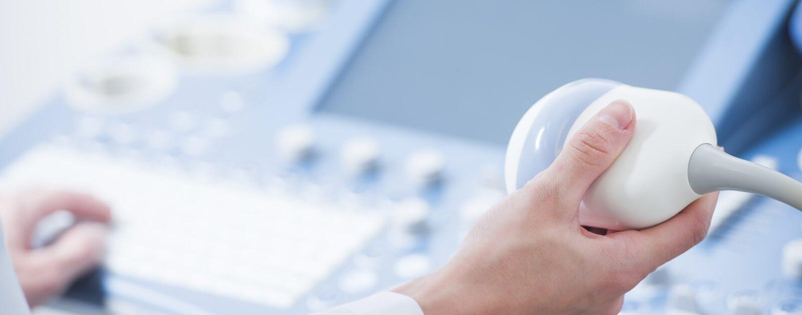 Ab der sechsten Schwangerschaftswoche kann ein Ultraschall beim Frauenarzt erfolgen.