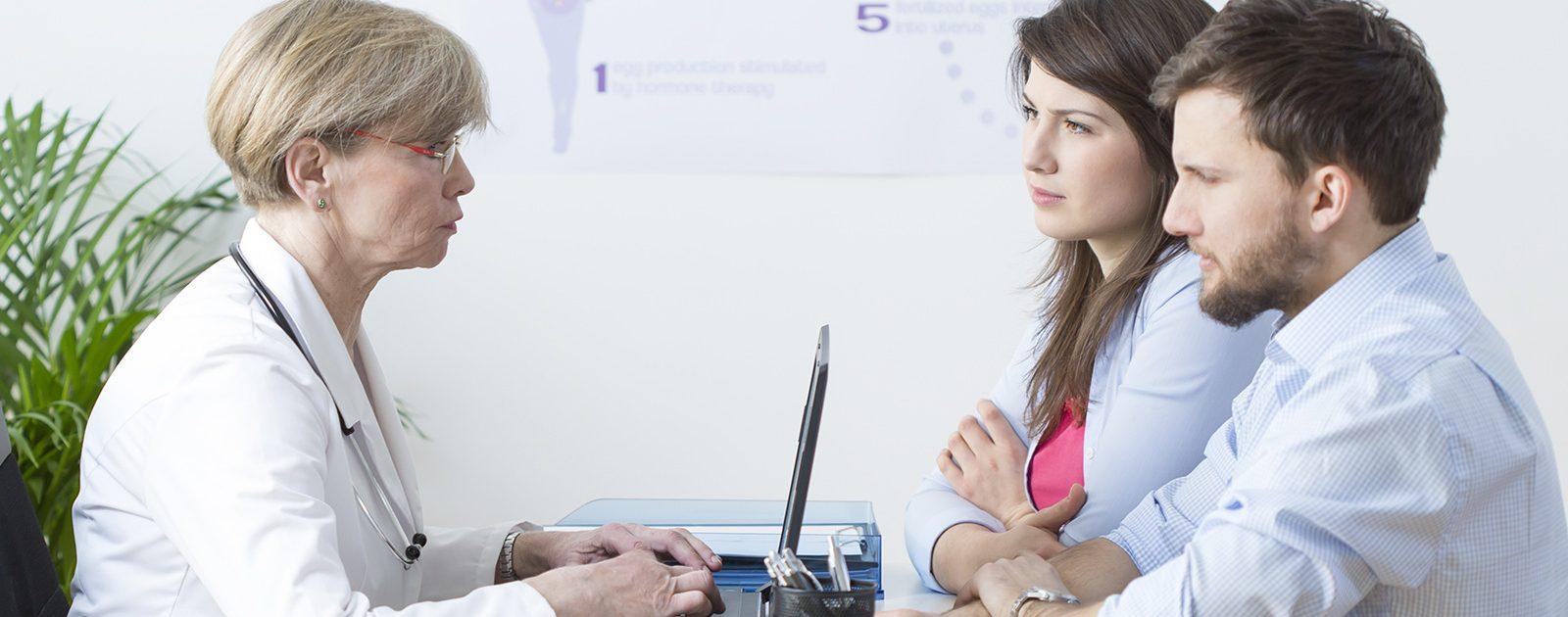 Paar forscht beim Arzt nach der Ursache für die Unfruchtbarkeit