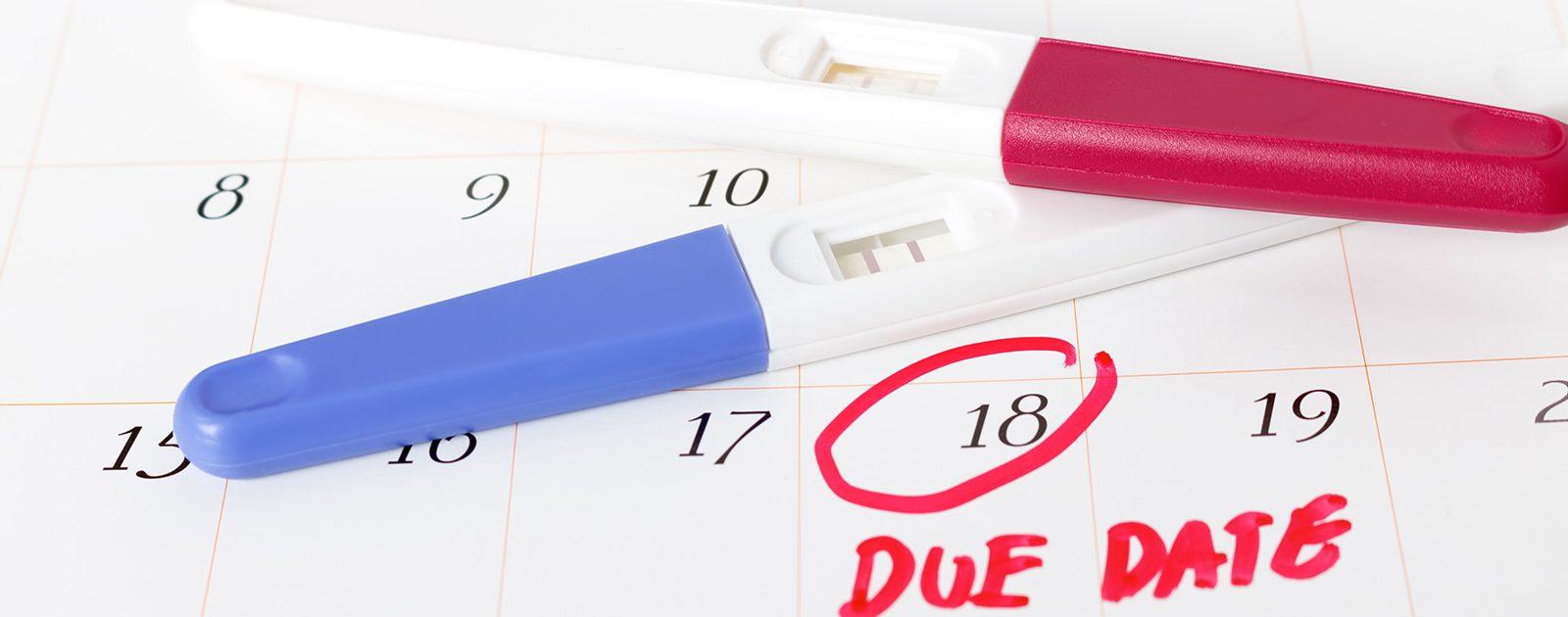 Um schwanger zu werden, markiert sich eine Frau ihre fruchtbaren Tage im Kalender