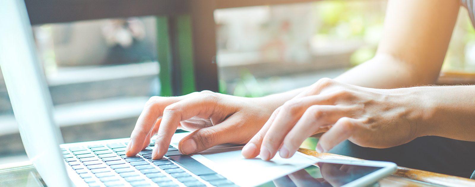 Eine Frau sucht die gewünschten Informationen online.